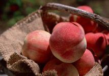 Персики в корзине