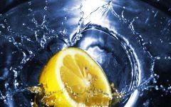 Лимон в воде