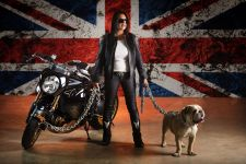 Девушка-модель, мотоцикл и английский бульдог