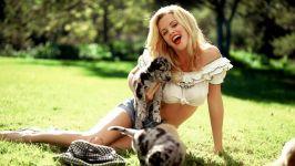 Девушка блондинка и мраморные щенки дога